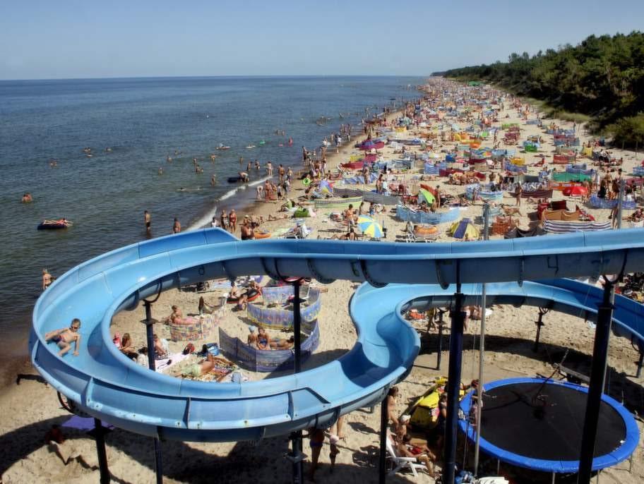 Polska stranden Pobierowo. Vattenrutschbanan och kaféet är extra dragplåster för barnfamiljer.