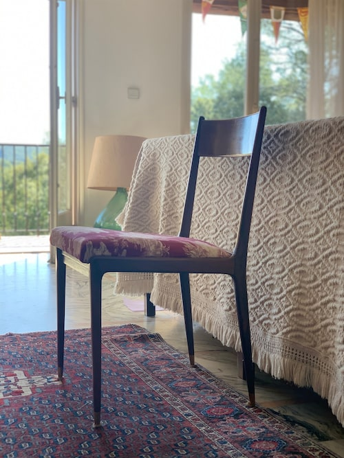 Stolen har lagats och sitsen klätts om i ett röd-vitt provencalskt tyg, som legat i garaget i decennier. Motivet föreställer kvinnor som tvättar vid ett vattendrag.
