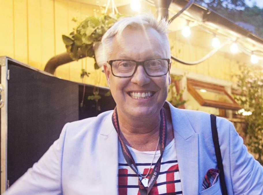 Lars-Åke Babsan Wilhelmsson, artist och designer:- Jag älskar att sjunga. Om jag skrålar tillräckligt mycket så tappar jag rösten och är tyst ibland. Helst sjunger jag gamla schlagers.