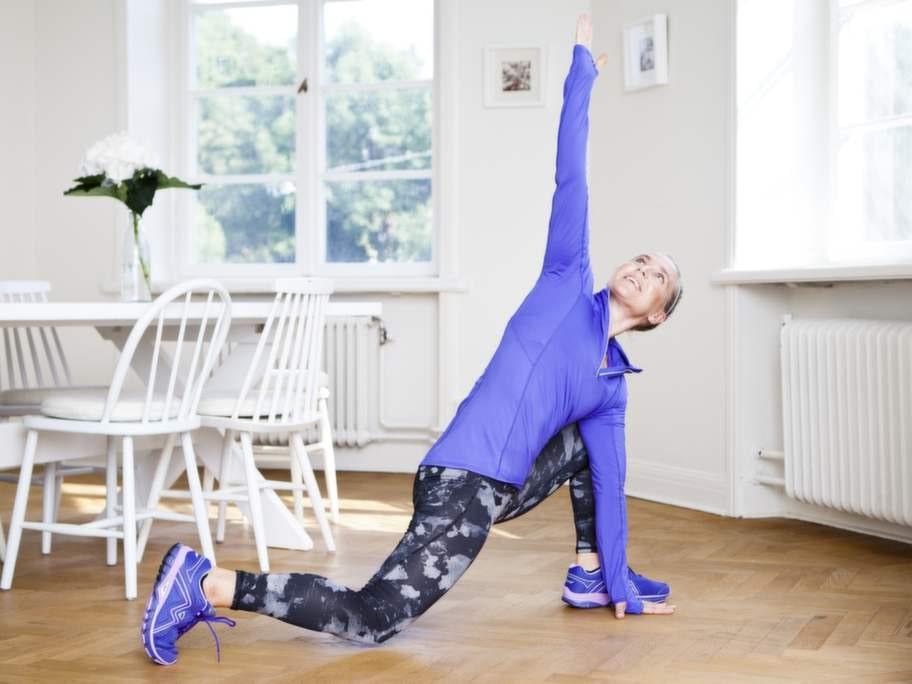 """2    Håll den bakre höften med lätt böjt knä sänkt samtidigt som du roterar överkroppen och lyfter upp höger arm mot taket och strävar efter så långa armar som möjligt. Bakre hälen pekar uppåt. Håll positionen i 2 sekunder innan du sätter ner handen igen och pressar dig tillbaka till stående position igen. Byt ben.Blå löparplagg. Tröja i polyester/elastan med reflexdetaljer, 249 kronor i stl XS-XL, H&M Sport. Tajts i polyester/elastan, 199 kronor i stl XS-L, H&M Sport. Hårband, 129 kronor/3-pack, Nike. Löparskor """"Steady"""", 1 300 kronor, Karhu. Skon har extra stöd i mellansulan, passar för alla underlag."""