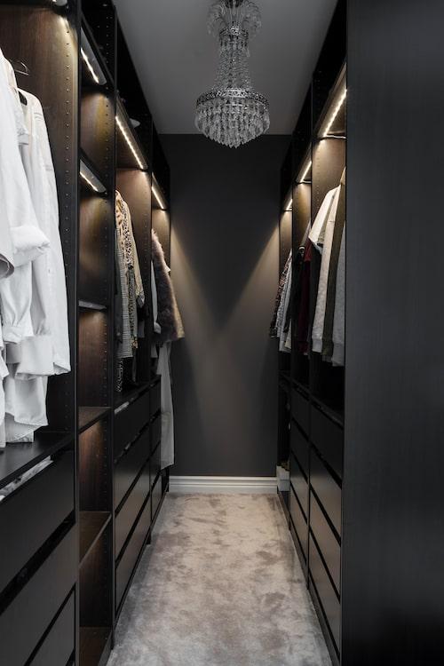Från sovrummet är det öppen planlösning in till ett dressingroom inrett med Pax-garderober i svartbrunt från Ikea. Samma heltäckningsmatta som i sovrummet, Chanel beige från Kjellbergs golv & textil, gör det härligt att tassa in här barfora på morgonen.