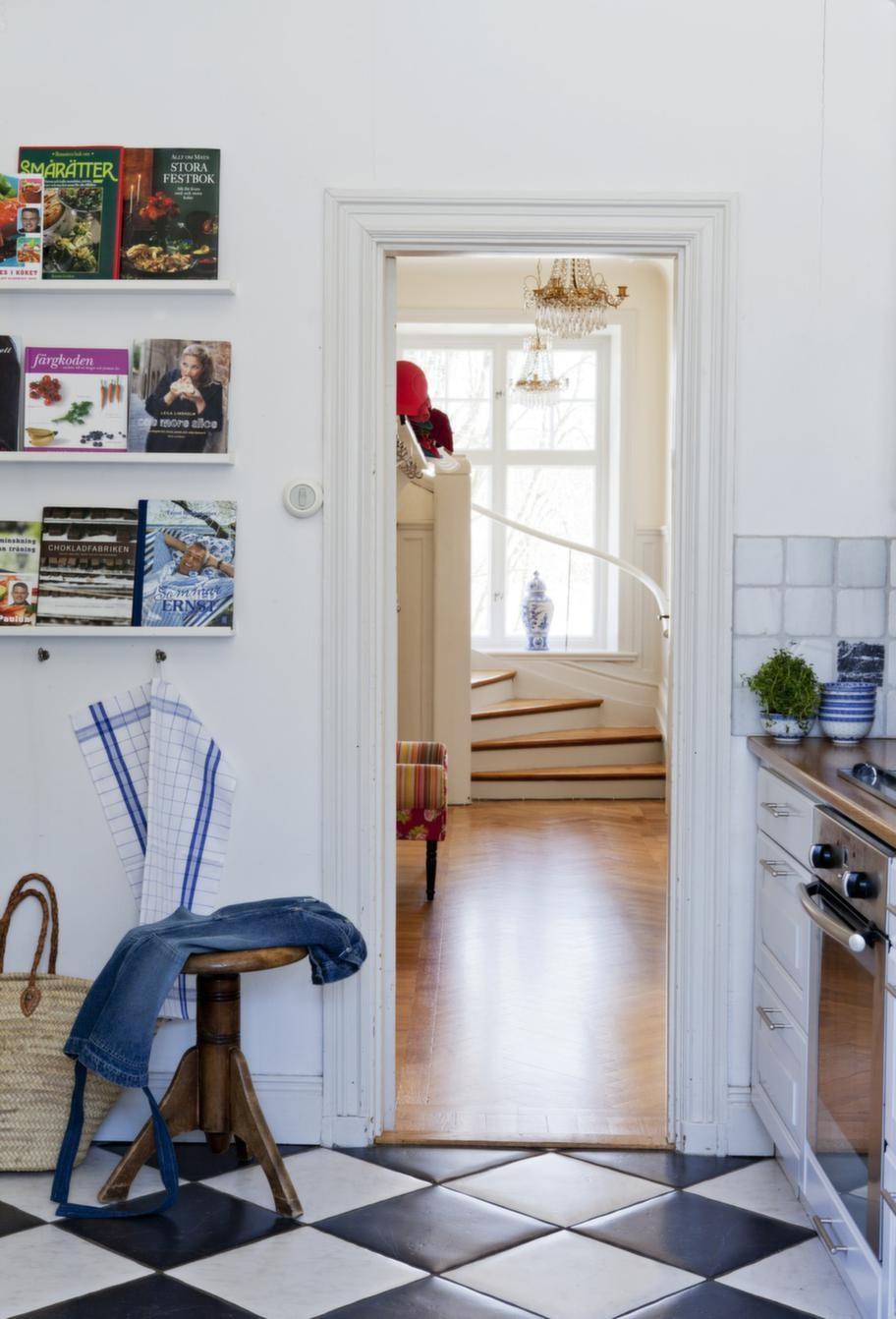 Från köket ser man trappan som leder upp till de två sovrummen och ateljén.
