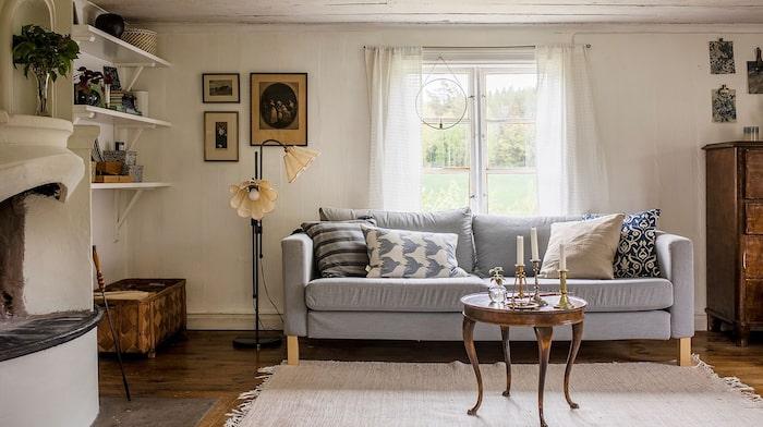 Fönster i tre väderstreck i vardagsrummet.