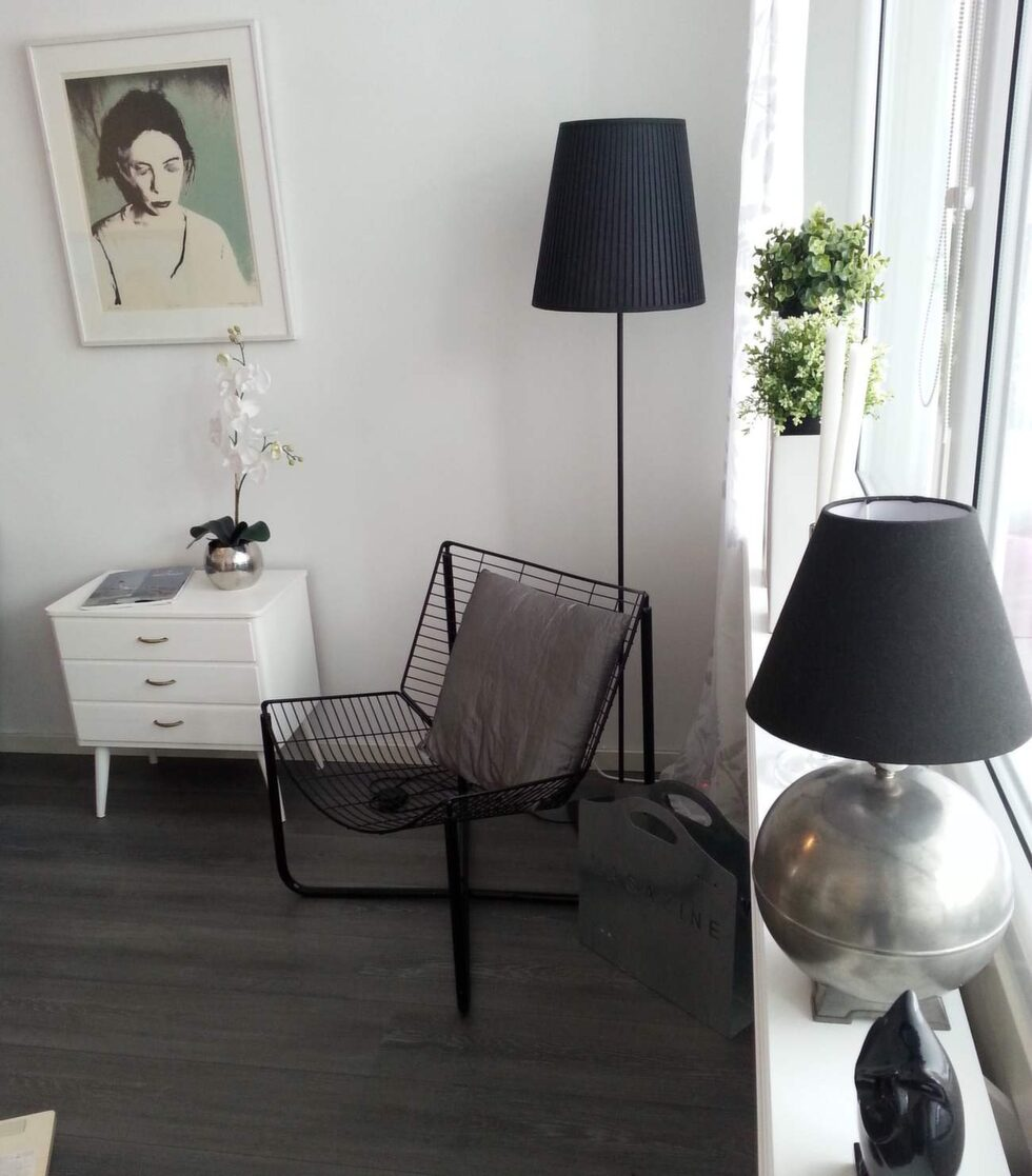 Den runda klotlampan från Svenskt tenn i fönstret är köpt på en loppis för 20 kronor.