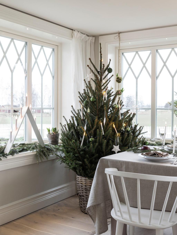Therese pyntar med granar i nästan alla rum och tar in dem tidigt för att kunna njuta av julen länge. Paret har valt allmogeprofiler från ett lokalt sågverk till husets alla listverk.