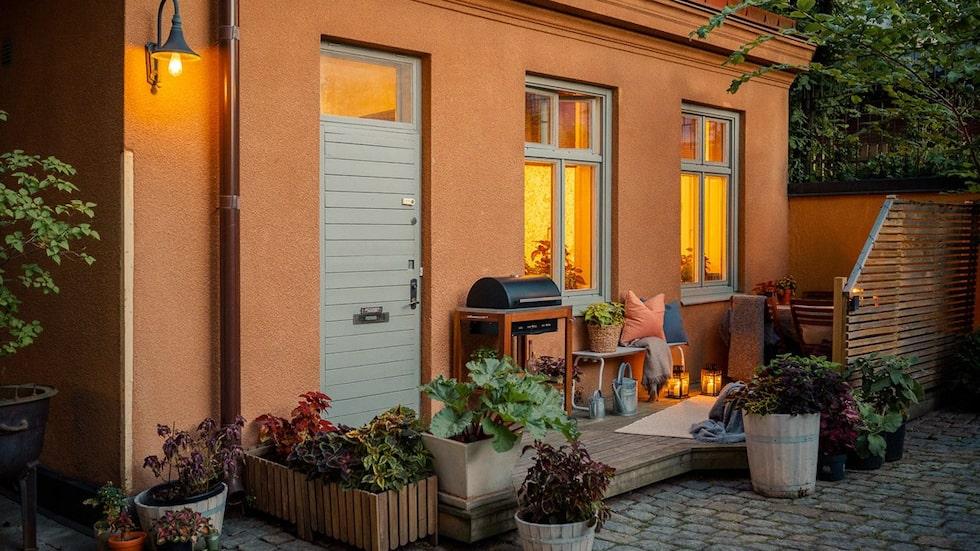 Egen altan som har kvällssol på en grönskande innergård som får en att glömma att man bor inne i stan.