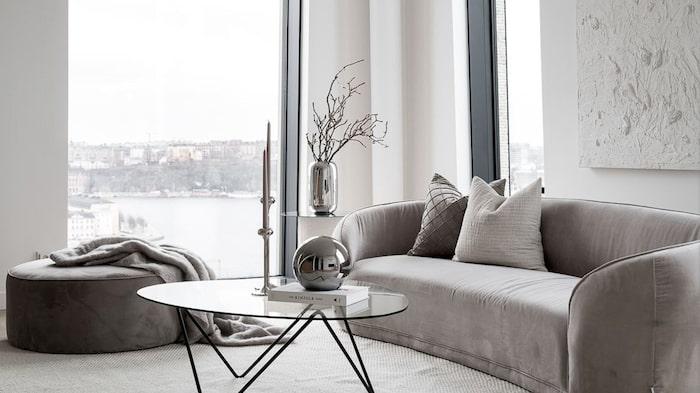 Här finna stora panoramafönster från golv till tak och med en fantastisk utsikt.