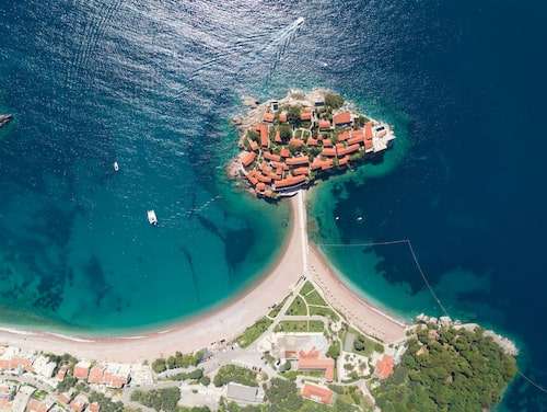 Det kostar runt 8 000 kronor per natt att bo på Sveti Stefan under lågsäsong.