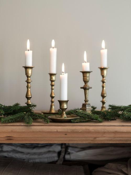 Med lite grönt från skogen och några tända ljus så är julstämningen på plats.