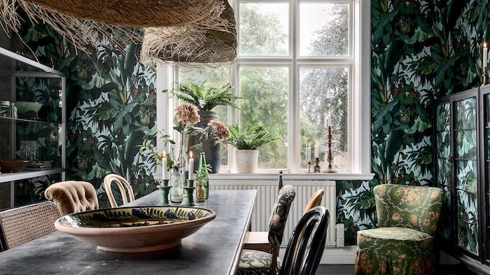 Tapeten som pryder väggarna är långt ifrån diskret. Lite djungelkänsla ihop med lamporna.