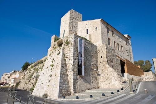 Musée Picasso ligger i den gamla delen av Antibes med fin utsikt över havet på en höjd i Château Grimaldi.