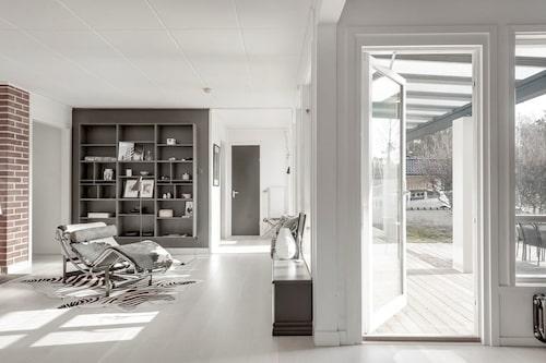 Villan fick en modern touch – men den platsbyggda bokhyllan är original.