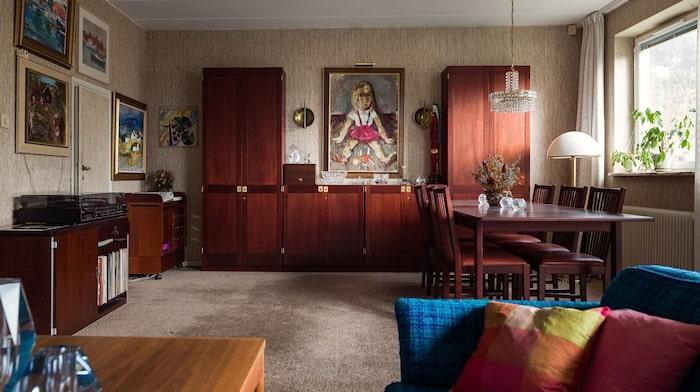 Vardagsrummet ligger en trappa ner i huset.