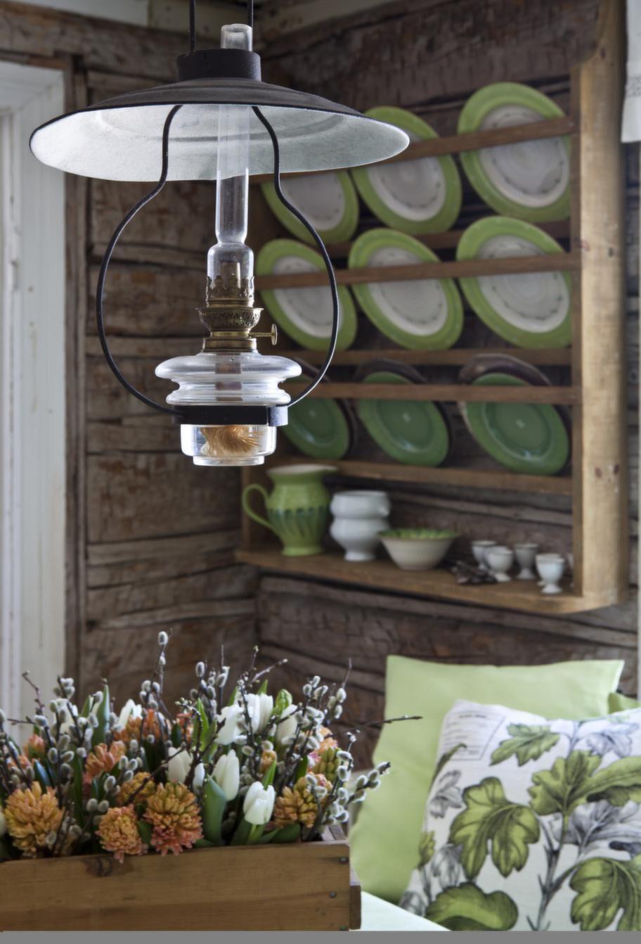 Den vackra fotogenlampan sprider ett mjukt ljus i rummet och är mysig att tända när mörkret faller.