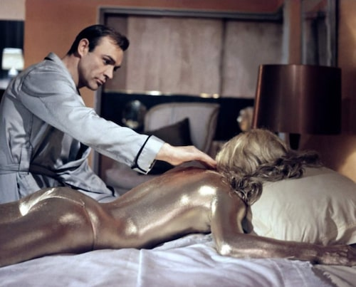 """En laddad scen ur """"Goldfinger"""" med Sean Connery som Bond."""