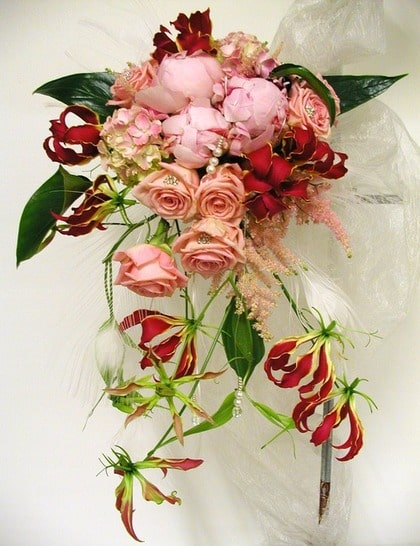 RIKTIGT BLICKFÅNG. Liljan gloriosa tillsammans med hortensia och rosor och överdådiga pioner bildar en bukett som verkligen står ut.