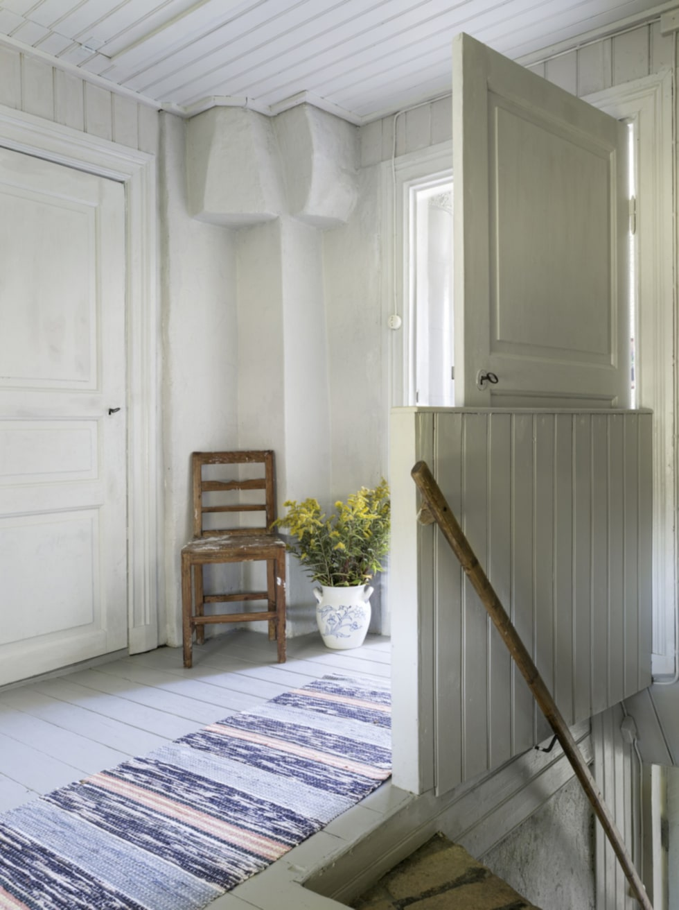 Arvegods. En trasmatta från Maries farmor passar bra i den ljusa hallen på ovanvåningen. Fårskinn från Sheperd.