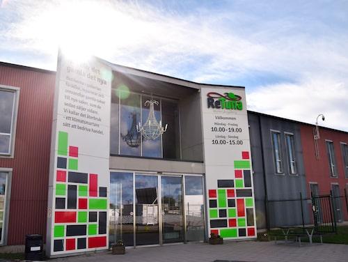 Att butiken öppnar just i ReTuna i Eskilstuna är ingen slump. ReTuna påminner om andra shoppinggallerior, med en stor skillnad är att den ligger intill den lokala återvinningsstationen och allt som butikerna säljer är återbrukat, återanvänt, ekologiskt eller hållbart producerat.