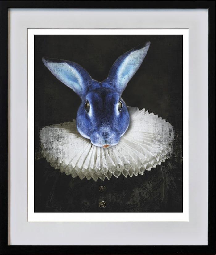 """""""Early Hefner, blue"""" heter haren med pipkrage, modernt på 1500-talet. Det oväntade djurporträtter bär drag av den tidens strama porträtt av överklassen men den mest kände Hefner är Hugh Hefner, grundare av Playboy Magazine. Hos Lars Tunebo kan allt hända!"""
