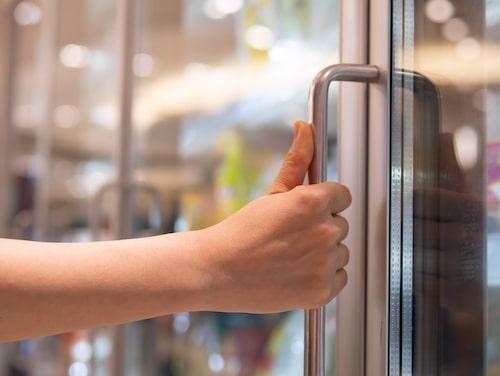 Se upp med handtaget till kylskåpet och frysen. Där tar vi flera gånger om dagen – så glöm inte att torka av det ofta också.