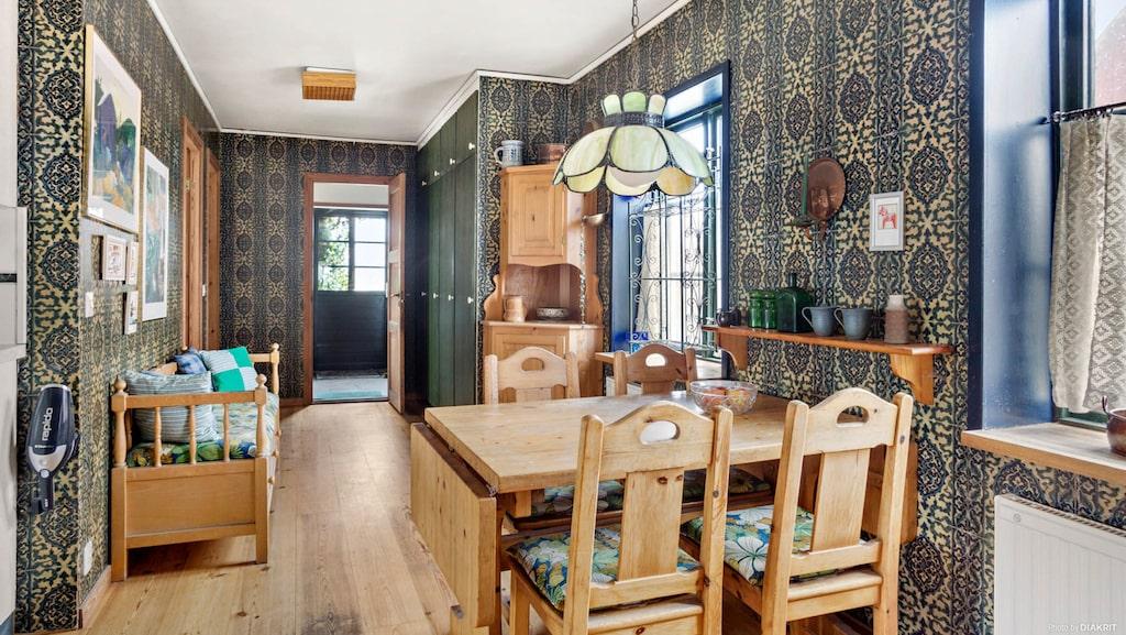 Matplatsen i köket, furu, furu och furu... Och brunmönstrade tapter. Kolla in de tidstypiska taklamporna!