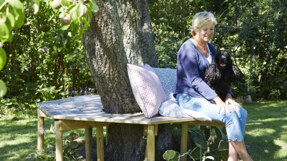 Den lummiga trädgården med sina vackra fruktträd ger många sittplatser i skuggan. Den sexkantiga bänken rymmer hela släkten när de är på besök.