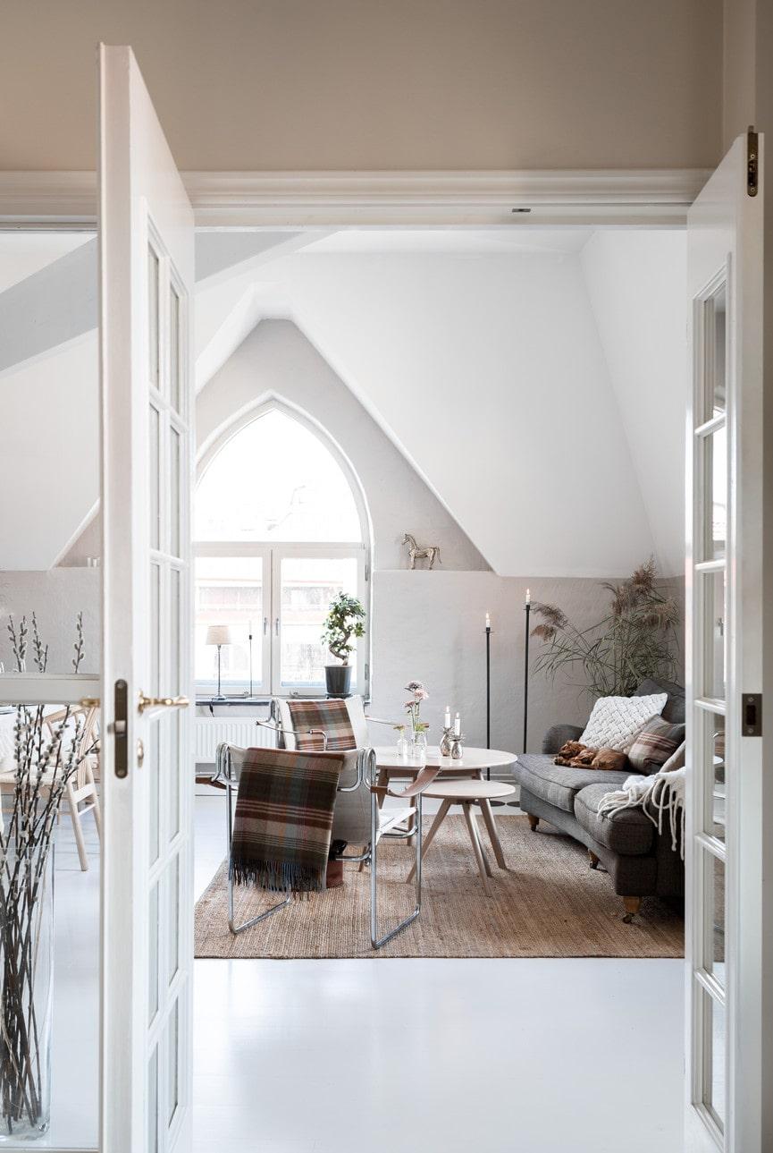 Soffdelen i parets våning har Howardsoffa köpa på Tibergs möbler. Matta, Ikea. Soffbord, Skade- och partiförsäljningen S.O.P. Fåtöljerna är köpta på en antikmässa. Sammetspuff, Åhléns.