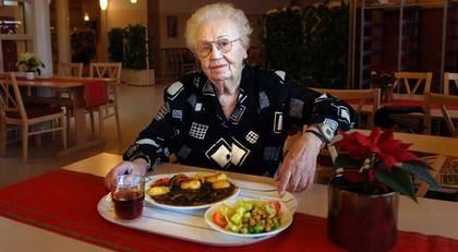 """""""Det är en skandal att inte alla kommuner har kvalitetskrav för vad maten som vi ger till samhällets allra sköraste ska innehålla"""", tycker dietisten Anja Saletti. Britta Isaksson (bilden) gillar inte maten på servicehuset där hon bor."""