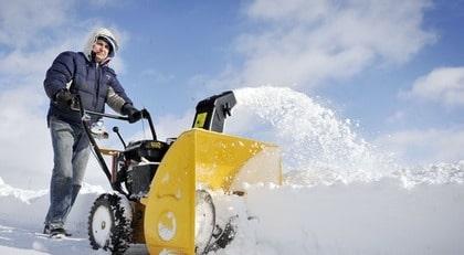 Som privatperson kan man göra som Peter Plym, boende i Benestad söder om Tomelilla (lilla bilden) - skaffa en egen snöslunga och på så sätt slippa skottningseländet.