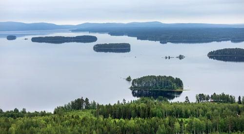 En förtrollande utsikt över Dellensjöarna och de blå bergen.