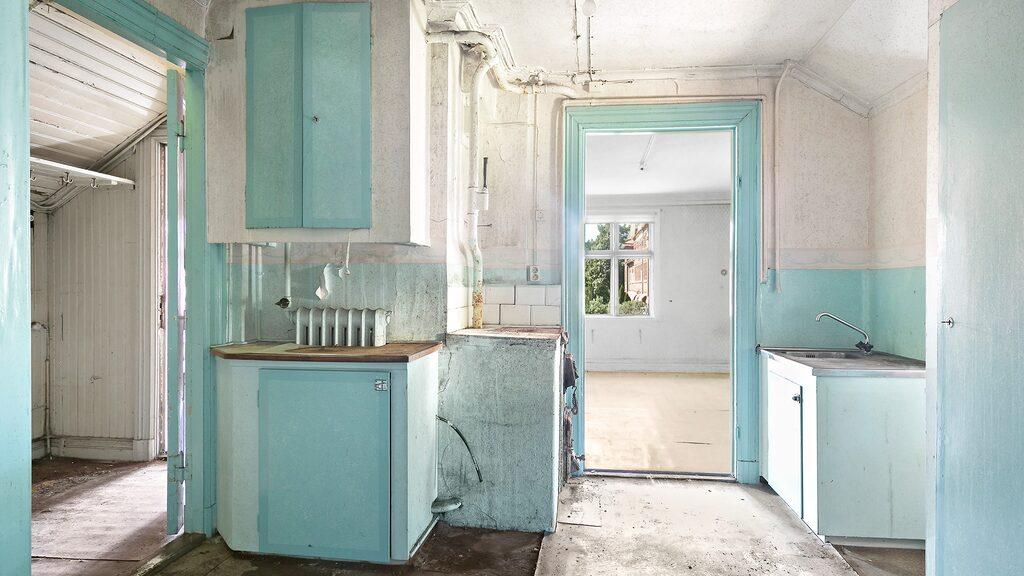 Huset har tidigare haft två lägenheter. Här är ett av de gamla köken.