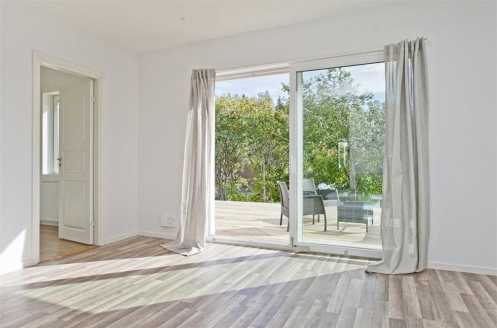Villan är totalrenoverad och boarean sträcker sig till hela 212 kvadratmeter.