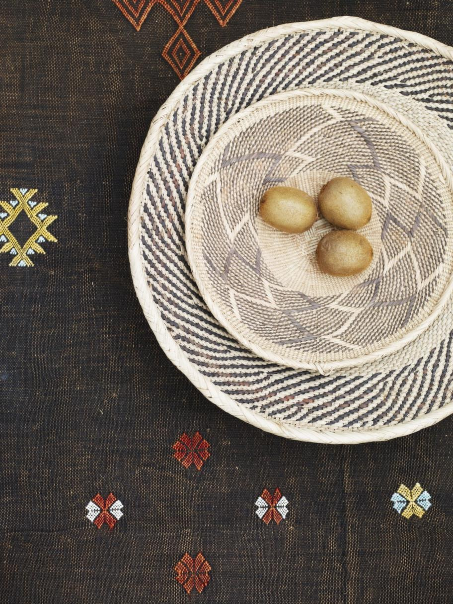 KorgfatStort fat, 115 kronor, litet fat, 85 kronor, båda från African touch. Kaktussilkesmatta Sabra 250 x 150 centimeter, 2 500 kronor, Marockobazar.
