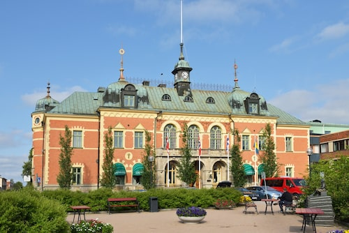 I Sveriges östligaste tätort hittar man Stadshotellet i Haparanda, ritat av arkitekter från Stockholm och byggt med hjälp av inredningsnickare från Sundsvall och stuckatörer från Italien.