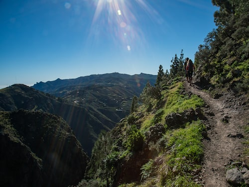 Njut av vandring högt upp i bergen.