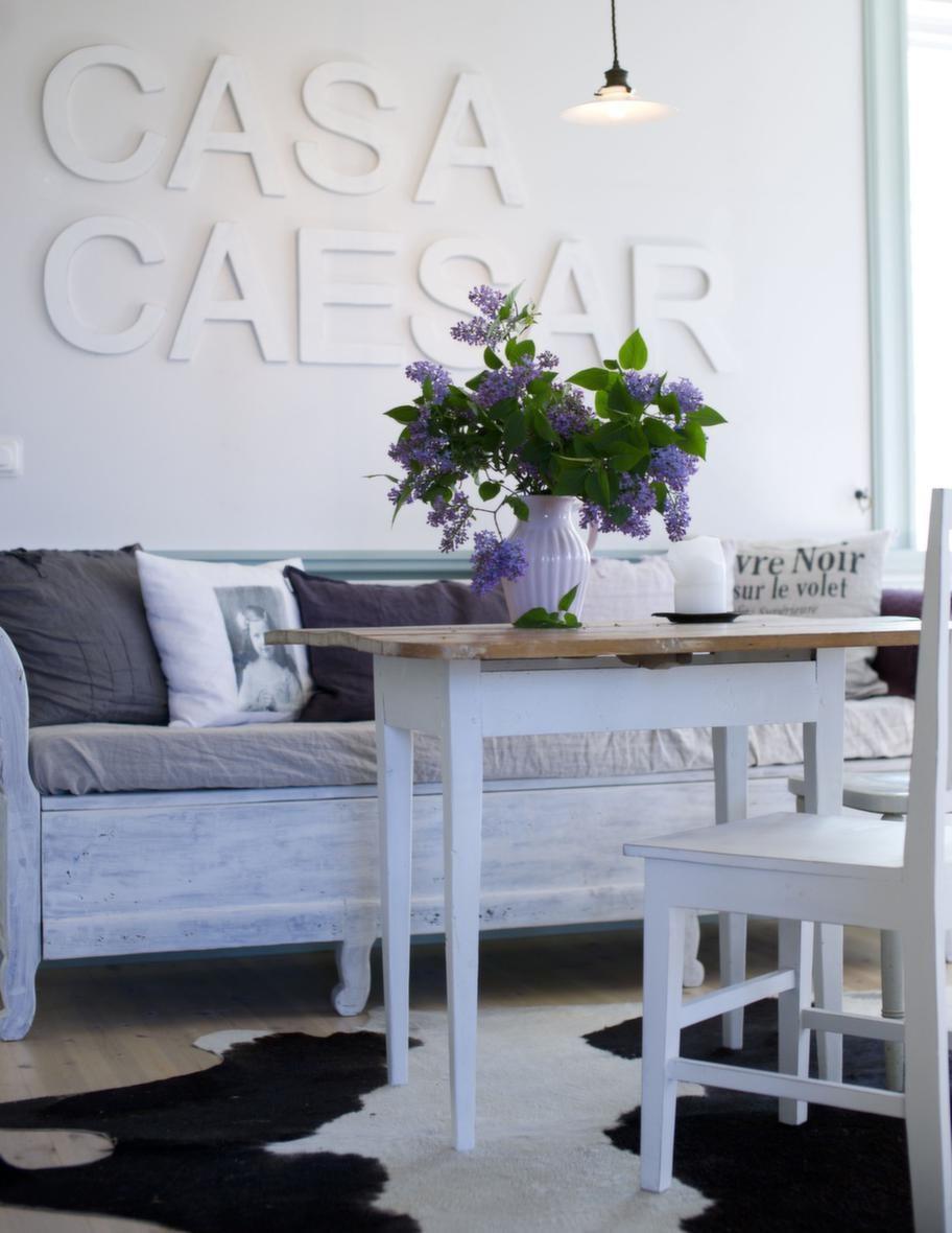 Spanskt<br>Familjen har rest mycket i Spanien. Med inspiration därifrån döpte de sitt hus till Casa Caesar. De bjuder ofta hem vänner på middag och tyckte det lät kul med Casa Caesar, som en restaurang.