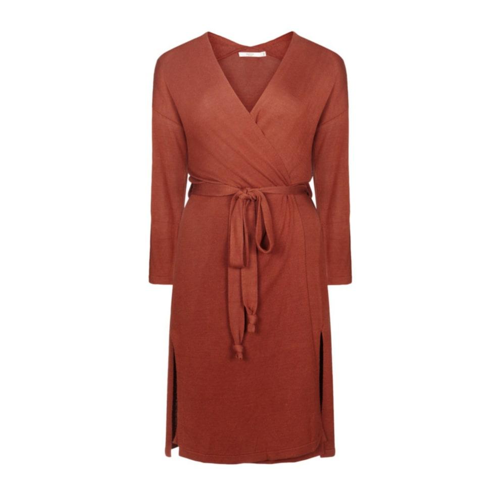 Slitsar. En enfärgad omlottklänning med knytband i midjan som framhäver fina former. Klänningen har lång ärm och slitsar nedtill. Wera Stockholm. 599 kronor, Åhléns.