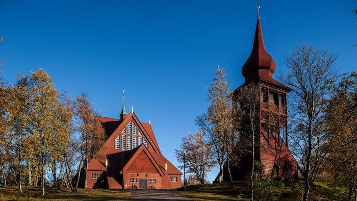 Kiruna träkyrka prisas för sin nygotiska arkitektur, som samtidigt symboliserar en stiliserad kåta och en stavkyrka.