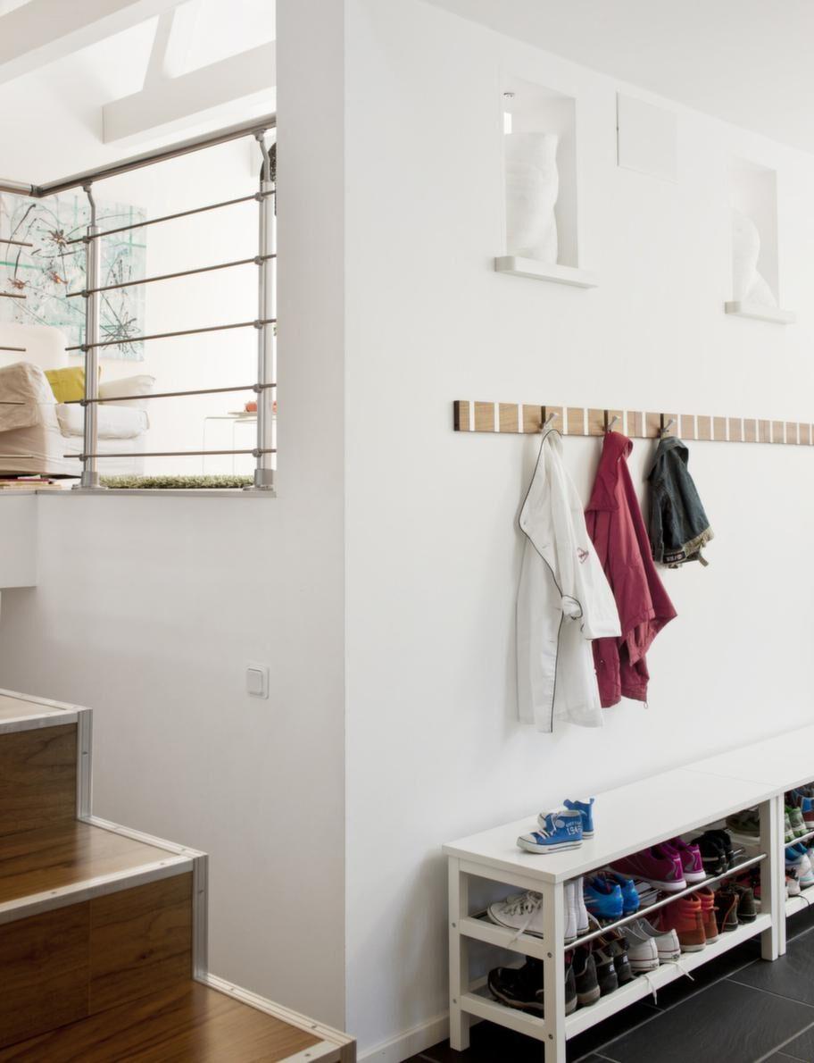 Hallen.Hallen som förbinder kök och vardagsrum med sovrumsdelarna. I alkoverna syns några härliga familjeminnen.