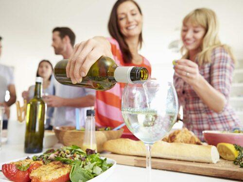Glöm inte: Helgdrinken är en kaloribomb! Håll dig till torra och ljusa drinkar.