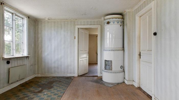 Huset har sju rum och flera av rummen har fina gamla kakelugnar.