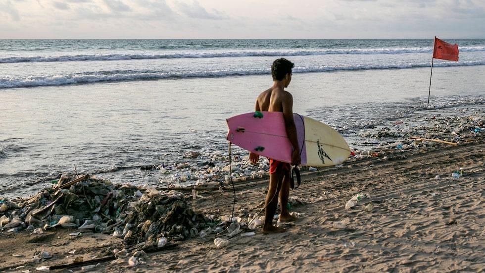 Surfare vid Kuta beach klagar över att det stinker och att huden blir oljig.