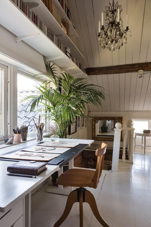 På övervåningen kan man sitta vid ett skrivbord med en härlig utsikt. Skrivbordsunderlägg, Ikea. Kalender i skinn, Mulburry.