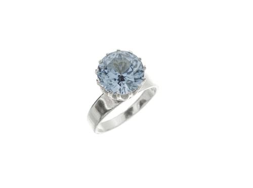 Ring, 425 kronor. 70-talsring tillverkad i silver och utsmyckad med blå slipad sten infattad i 14 klor. Tillverkad i köping 1970 av Bengt Hallberg.