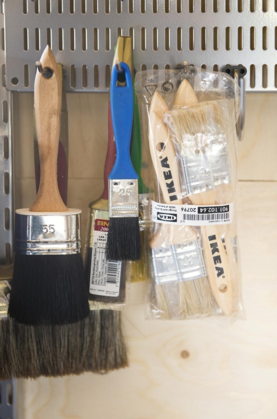 ORDNING & REDAUtnyttja väggarna maximalt. Det är då det blir ordning. Smått och gott, sladdar och annat småfix är sorterat i stora och små plastlådor.