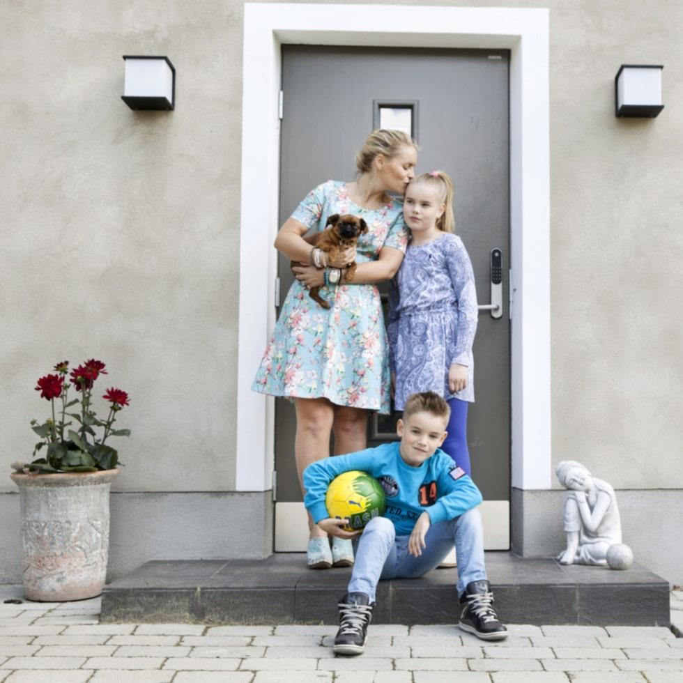 Välkommen! Vid entrén står Emilia, Nova, Leon och hunden Fernando. Huset på Lidingö utanför Stockholm är byggt 1943.