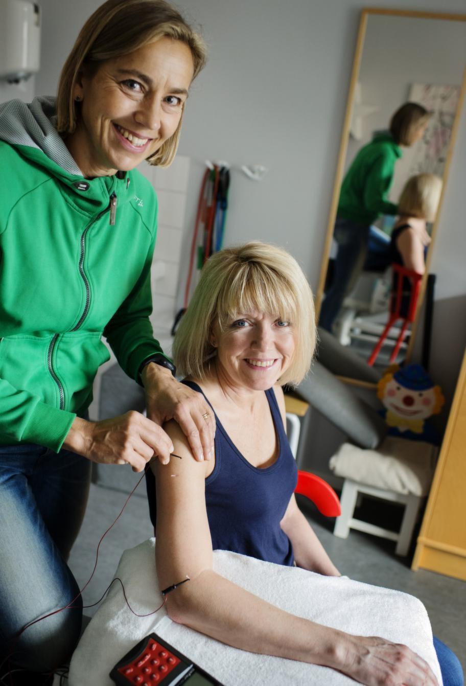 - Det häftiga med akupunktur är att det hjälper vårt eget system, det ger inga biverkningar, säger sjukgymnasten Anna Ahlqwist. Här sätter hon nålar mot värk i nacke och axel på Anna-Karin Gmoser.