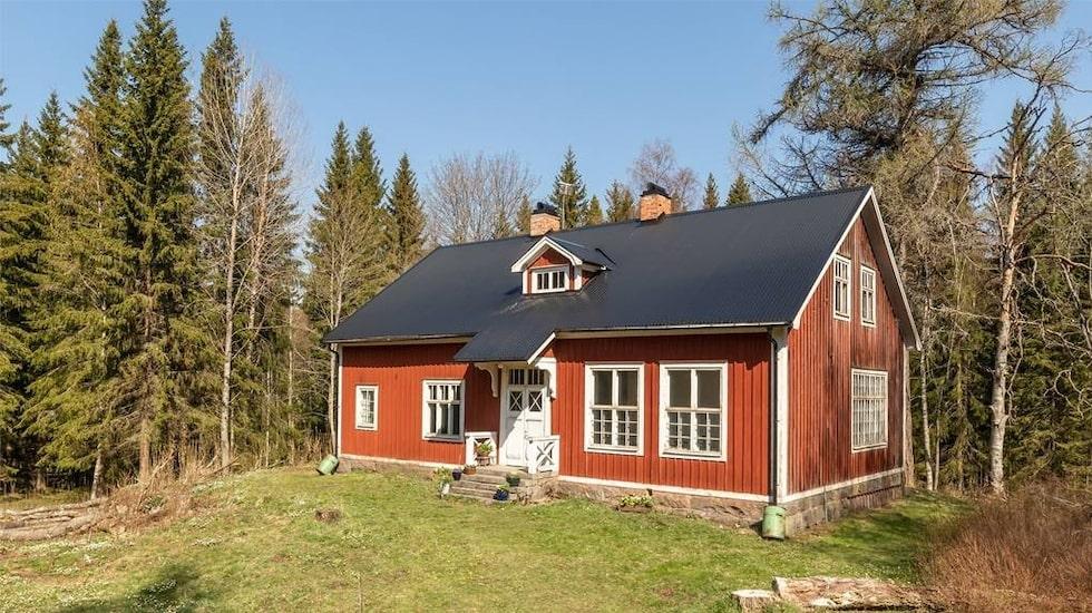 Skolan byggdes 1876 och här var det skolverksamhet till mitten av 1940-talet.
