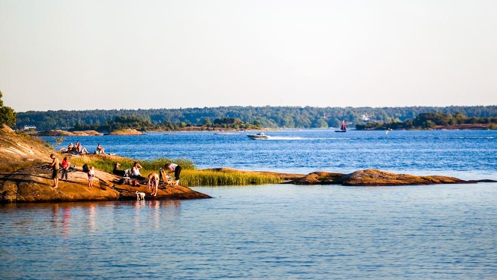 Officiellt finns det 32 badstränder i och runt Karlskrona, men utöver det ett hundratal badvikar på öarna kring staden.