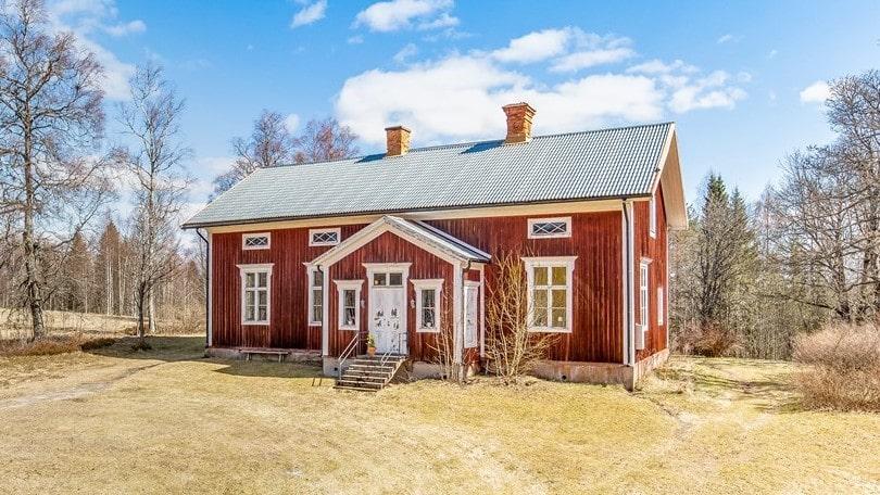 I byn Rifallen, Grängesberg, ligger den här gamla skolan från förra sekelskiftet. Nu är den till salu.